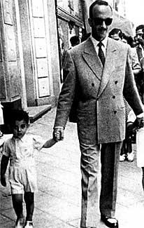 Todo un padre. El ginecólogo gallego Julio Iglesias Puga pasea con sus dos hijos mayores por una céntrica calle madrileña (1946).