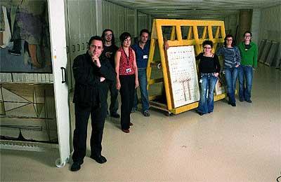 En equipo. Daniel Castillejo (en primer término) junto a miembros de su departamento en los almacenes del Centro-Museo Vasco de Arte Contemporáneo, Artium.