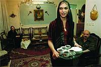 Con autorización de los imames. Athena, de 20 años, nacida hombre, sirve el té a su padre y a su hermana.