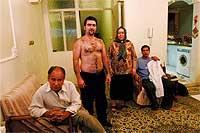 """""""Metamorfosis"""". Tras 23 operaciones, Milad, que posa orgulloso junto a su familia, abandonó, por fin, su cuerpo de mujer."""