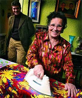 Sus labores. Cándida plancha en su casa en presencia de Guillermo Fesser, director de la película que cuenta su vida..