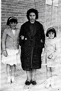 Cariño en los 60. Con sus hijas Mari y Estrella, en Guadarrama.