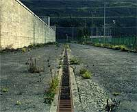 Soledad, abandono. Los hierbajos entre el cemento, y la roña entre los metales confieren a Lemóniz una imagen de abandono total.