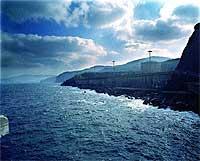 En terreno del mar. La colosal obra de ingeniería civil de Lemóniz supuso la invasión de lo que fuera la antigua Cala de Basordas.