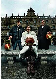 Familia y equipo. Elena Tornikidou, sentada; su marido Nicolás, agente de jugadoras, a su izquierda; y su hijo Antón, jugador cadete del Pamesa Valencia, a su derecha, en la Plaza Mayor salmantina.
