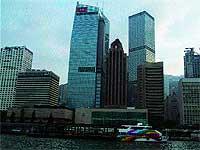 Desde la isla de Kowloon, surcarndo las aguas orientales en barco, se divisa la grandiosidad de los rascacielos de Hong Kon Island. / SARA F. CUCALA