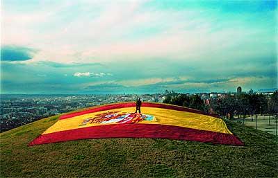 Jon Juaristi, bilbaíno, 55 años. Posó sobre la bandera de España y el resto de las que han aparecido en la serie (Cataluña, Galicia, País Vasco, Aragón y Canarias) en el Cerro del Tío Pío, en Madrid.