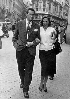 Somos novios. Una pareja pasea entre la calle Alcalá y la Gran Vía de Madrid en los 60.