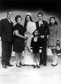 Iconografía. Las bodas dejaban estampas en las que los novios posaban con su familia en un estudio de fotografía.