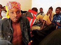 DETENIDOS. El senegalés Malik, de 20 años, está detenido tras sobrevivir a un naufragio. / JOSÉ F. FERRER