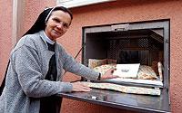 ALEMANIA. La religiosa Chiara Lipinski muestra el «babyklappe» del hospital que dirige, el St. Joseph, en Berlín. / PATRICIA SEVILLA