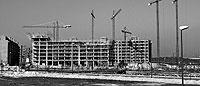 Esqueleto de un edificio de viviendas en construcción en la capital madrileña, junto a otras promociones ya terminadas. / PEDRO CARRERO