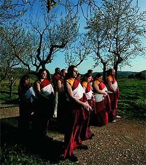 """Budismo comercial. Grupo de monjes recita mantras a la entrada del monasterio de Olivella (Barcelona). En julio estará a la venta en todo el mundo su disco """"Monjes Budistas de Sakya Tashi Ling""""."""
