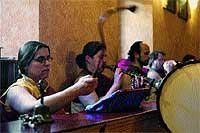 Sala de meditación. Varios monjes en el lugar donde se grabó el disco.