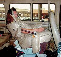 DESESPERACION. En su intento por cruzar la frontera, los hispanos han ideado métodos como el de camuflarse dentro del asiento de un autobús. El año pasado fueron detenidas 1,2 millones de personas. / AFTP