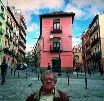 """Su barrio. El escritor irlandés de 67 años en Lavapiés (Madrid), un distrito """"multiétnico"""" donde vive desde hace dos años."""