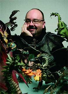 Dragones. Ruiz Zafón (Barcelona, 1964) asomado a la terraza de su estudio, próximo a la Sagrada Familia. Su pasión por los dragones tuvo su principio en la pelea bíblica de San Jordi con las fieras.