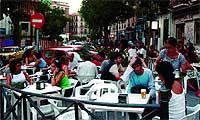 Conocido como 'el paseo marítimo de Madrid', la calle de Argumosa, en el barrio de Lavapiés, es una de las zonas de tapeo y copas con más marcha durante el verano. / VIAJES