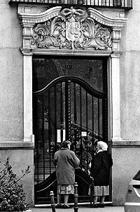 Dos señoras frente a un portal del barrio de Salamanca. / PEDRO CARRERO