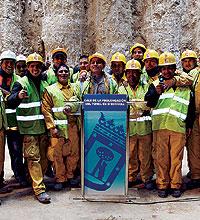 Obreros latinos construyen los túneles de Madrid. / C. BARAJAS