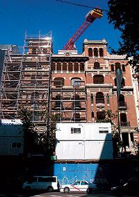 Pedro Román Zurdo (izda.) compró una de las plantas completas del edificio de Príncipe de Vergara 15 (en la imagen a su espalda), una de las joyas arquitectónicas de la capital española. / CARLOS MIRALLES