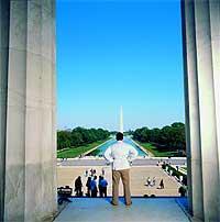 Contempla desde el monumento a Lincoln el obelisco en memoria de Washington, el primer presidente de la superpotencia.