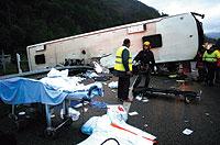 Labores de asistencia tras el accidente de autocar acaecido en Semana Santa en Pola de Lena (Asturias). / ELOY ALONSO