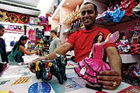 EN LAS RAMBLAS. Las muñecas flamencas que se venden en Cataluña proceden de Cádiz. La principal fábricas de toritos, en Murcia, está a punto de cerrar. / JOAN MANUEL BALIELLAS