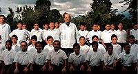 LA LEGIÓN DE MACIEL. Marcial Maciel, mexicano (en la foto rodeado de seminaristas), cuenta con casi medio millón de seguidores.