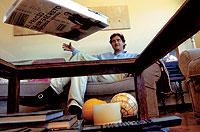 Fernando S. Llobera, en el salón de su casa, que es su rincón de lectura. / PEDRO CARRERO