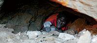 Si tiene mucha suerte, el excavador de las minas ilegales de Luissia logrará algo menos de 100 euros por todo un mes de duro y peligroso trabajo. / JOSÉ FERRER