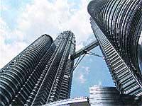 Símbolo del poder económico, de la situación de cambio y modernidad de la capital malaya, las Petronas gobiernan los cielos de Malasia. / SARA F. CUCALA