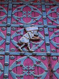 """En las puertas. Representación de un """"bastaixo"""" o estibador de los que ayudaron a construir Santa María del Mar."""