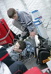 Suministro de gas a un niño. (Foto: EL MUNDO)
