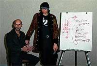 En clase. Neil Strauss, 42 años, junto a su colega Mystery, impartiendo un taller de ligue y seducción
