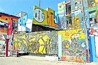 Han pasado más de diez años desde que artista plástico Salvador González convirtió en gigantes lienzos esta calle del barrio de Cayo Hueso. / MANUEL ASENSIO