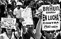 Los trabajadores de la multinacional Braun se manifiestan en Barcelona contra el plan de despidos de la empresa / EL MUNDO