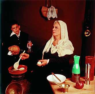 Terele Pávez, actriz, y Alberto Luaces, figurante, interpretando 'Vieja friendo huevos' de Velázquez