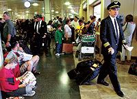 Colas y largas esperas de pasajeros de Iberia en Barajas. / JAVI MARTÍNEZ