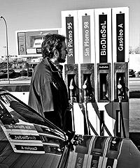 Un automóvil reposta combustible en una gasolinera de Madrid / JAVIER MARTÍNEZ