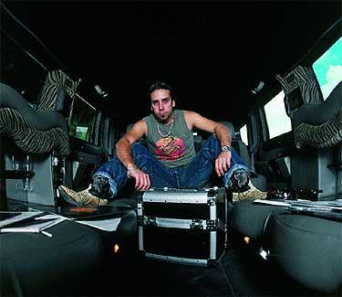 A bordo de un Hummer limusina, Cristian Varela se prepara para un verano lleno de sesiones, desde Ibiza a Polonia.