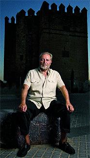 Julio Anguita junto a una de las torres defensivas de Córdoba.
