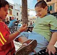 Los niños consumen un 19% más de calorías que hace 10 años. / PEPE FERRER