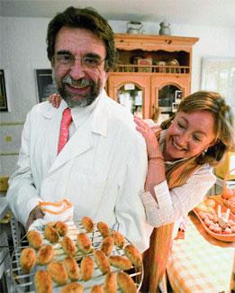 El endocrino Antonio Escribano y su mujer concha Delgado muestran uno de sus platos estrella, croquetas sin aceite.