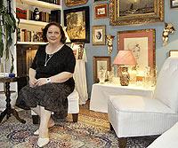 La actriz posa en su salón rodeada de retratos, fotos y recuerdos. / BEGOÑA RIVAS