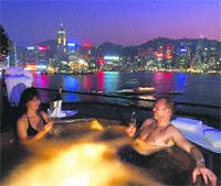 Desde el jacuzzi se puede contemplar la imagen más colorista de Hong Kong Island. / SANTIAGO FERNÁNDEZ