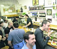 Casa Ángel, una simpática y angosta tasca con, dicen, las mejores sardinas a la plancha de Valencia. / JOSÉ RAMÓN PÉREZ CRESPO