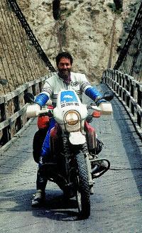 Martínez de Campos en uno de los puentes colgantes del sío Indo (Pakistán).