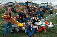Un grupo de agricultores de la localidad soriana de Ólvega junto a sus aviones espía. / VALENTÍN GUISANDE