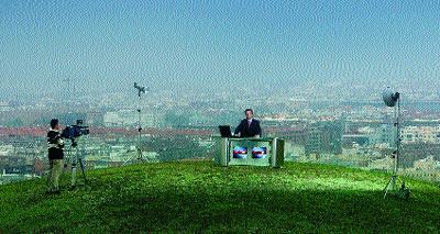 Matías posa en el plató improvisado del cerro del tío Pío a las afueras de Madrid.